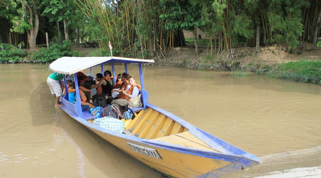ペルーのアマゾン熱帯雨林をボートで移動する環境保護ボランティアたち